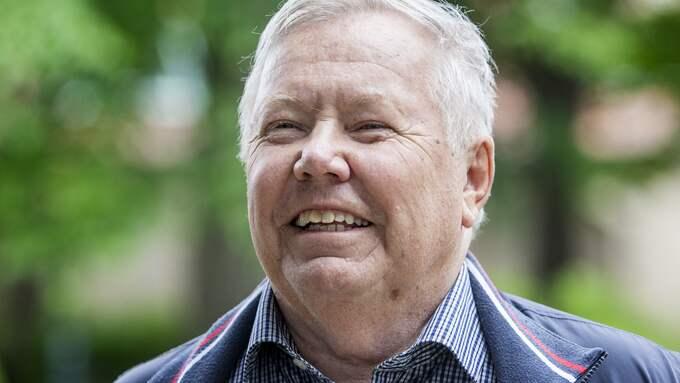 Bert Karlsson blev bjuden på favoritkakan av kommunstyrelsens ordförande i Skara. Foto: MICHAELA HASANOVIC
