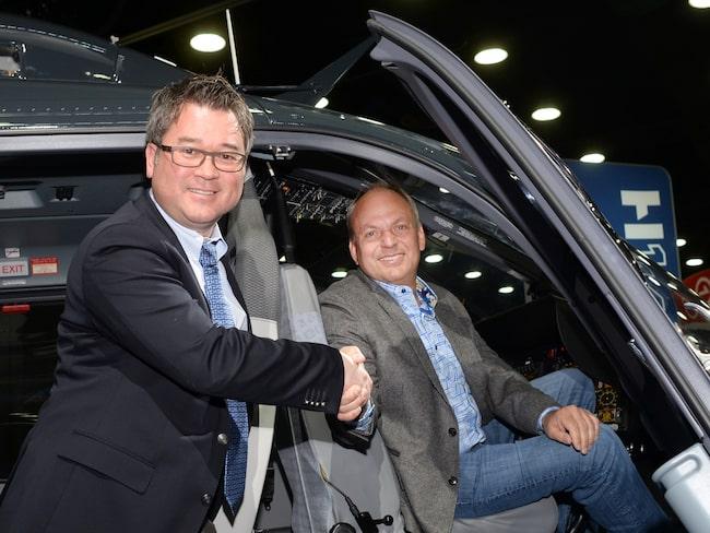 David MacNeil tar emot sin specialbyggda helikopter från Airbus Helicopters vd Christopher Emerson.