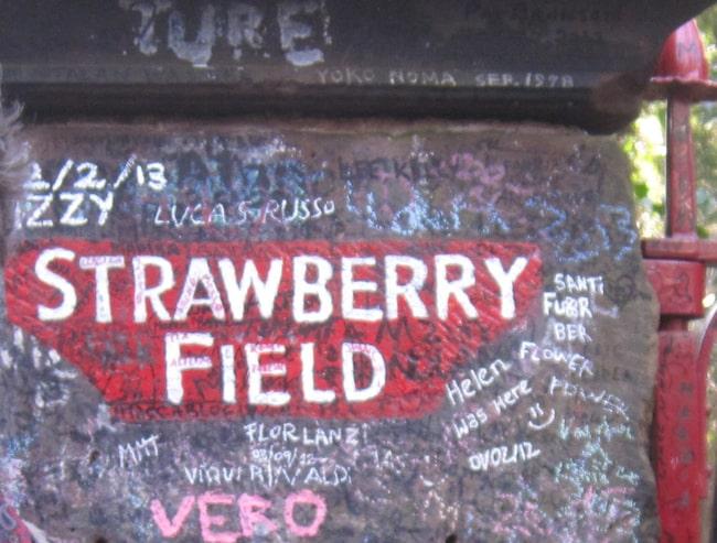 50 år av fansens klotter på grindstolparna.
