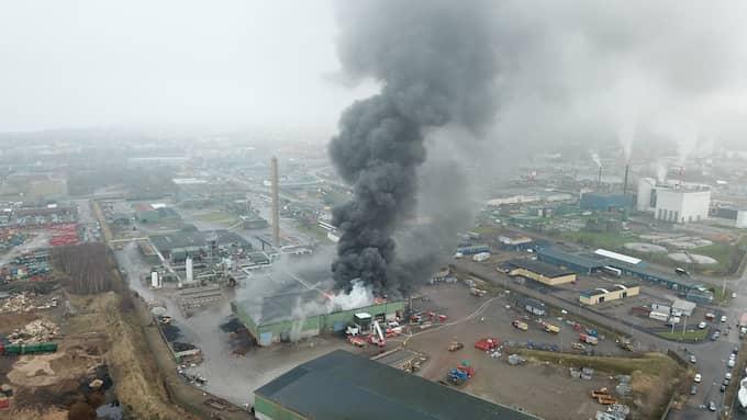 Verksamheter runtomkring byggnaden evakueras. Foto: Andre Tajti