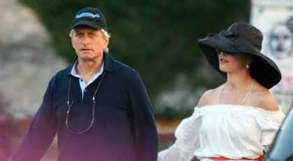 Michael Douglas och Catherine Zeta-Jones går hand i hand i Vsiby. Foto: Tobias Wallström
