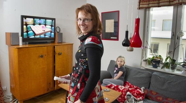 """TRÄNING. Sara Riggare spelar Wii Fit med dottern Frida. Det är en träning som visat sig synnerligen effektiv för drabbade av Parkinsons sjukdom. """"I England har Nintendo till och med en kvinna med parkinsons med i sin reklam"""", berättar Sara."""