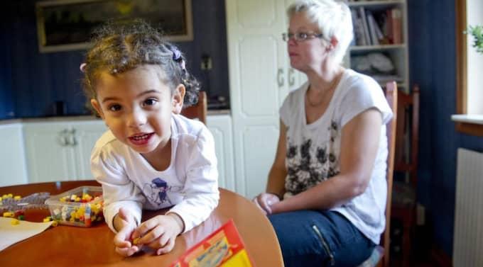 """Hemma i Broby. 2-åriga Haddile vet inget annat hem än det hon lever så tryggt i hemma hos mamma och pappa i Broby. """"Jag begriper inte hur man bara kan tänka tanken att utvisa henne"""", säger Malén Liewehr. Foto: SARA STRANDLUND Foto: Sara Strandlund"""