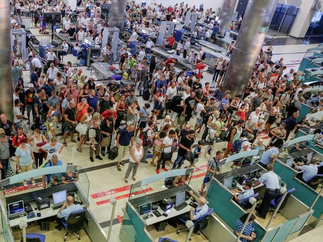 Säkerhets- och passkontroll på flygplats i Turkiet.