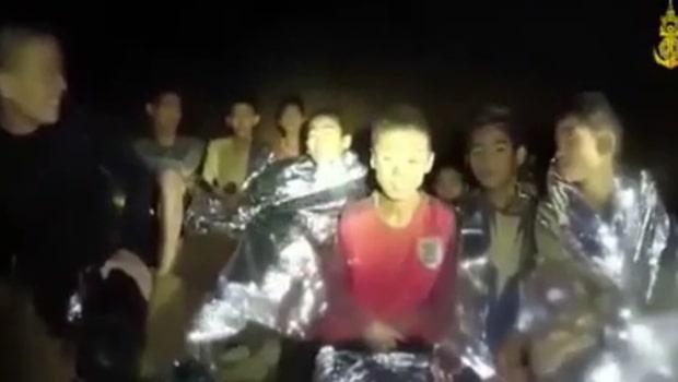 Alla 12 pojkar och tränaren räddade ur thailändska grottan