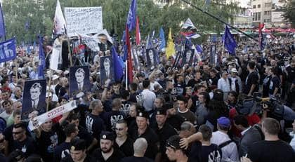 Tusentals människor samlades i Belgrad på tisdagskvällen för att demonstrera till stöd för Radovan Karadzic. Foto: Milutinovic Ivan