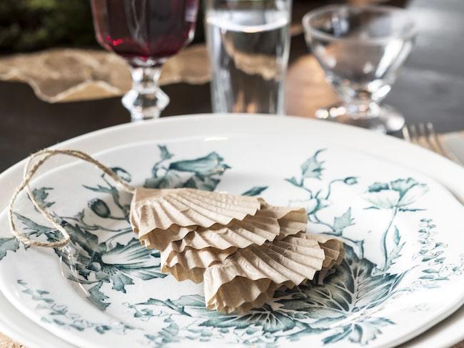 Den grönmönstrade tallriken är ett loppisfynd. Granen är hemmapysslad och tillverkad av tre muffinsformar.