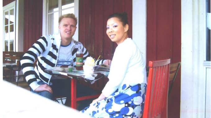 Fotot togs dagen innan Linda försvann. Mats Alm och Linda Chen äter glass och dricker läsk i Torsång utanför Borlänge dagen före hennes försvinnande. Foto: Privat
