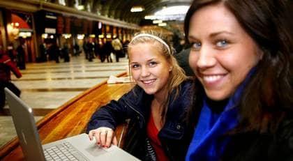 """Lisa Grunning, 18, och Karolina Högblom, 18, studerande från Sandviken kommer inte att sluta ladda ner från nätet på grund av den nya lagen """"men egentligen borde man säga ja eftersom man inte behöver ladda ner från nätet"""", säger Lisa. Foto: Joel Nilsson"""