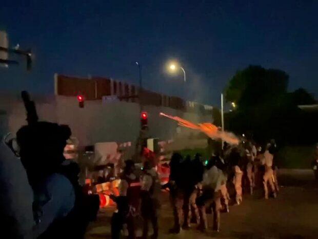 """Här drabbar polis och demonstranter samman: """"Ta upp era sköldar!"""""""