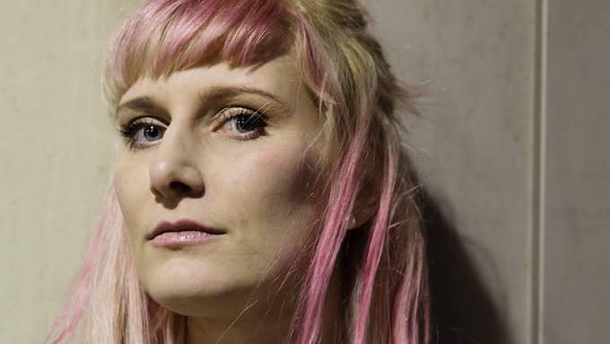 DIGITALT LIV. Isabelle Ståhl är lysande i skildringarna av uppluckringarna mellan den digitala och fysiska världen. Foto: SARA MAC KEY