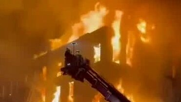 Våldsam brand rasar på Manhattan