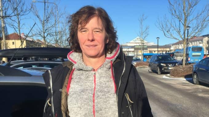 """Skapar oro. Undersköterskan Ingela Linden, 50, menar att """"trygghetsvärdarna"""" skapar ännu mer oro. – Det känns ju inte speciellt tryggt att de går omkring där. Jag tycker att de har en skyldighet att berätta var de kommer ifrån när det ska agera badvakter på en offentlig plats, säger Ingela Lindén. Foto: Anders Abrahamsson"""