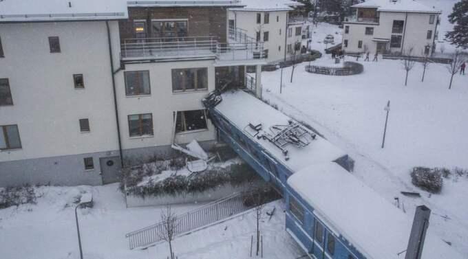 Tåget körde i full fart - och kraschade rakt in i ett flerfamiljshus i Saltsjöbaden utanför Stockholm. Foto: Jocke Berglund/Airpictures