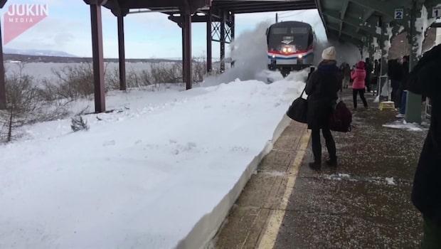 Otrolig slow motion-film - tåg slungar snöbomb mot pendlare
