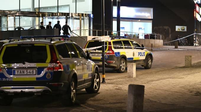 Vid 21.43 fick polisen in larm om en skottlossning i Åkersberga centrum i Österåker kommun norr om Stockholm. Foto: / ALEX LJUNGDAHL