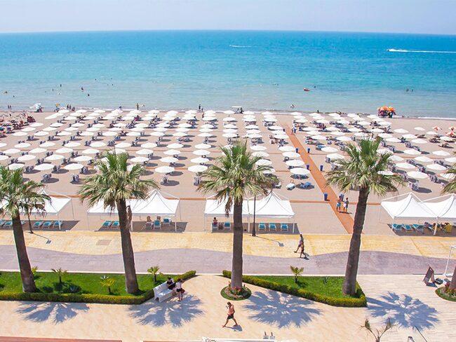 Durrës bjuder dessutom på milslånga sandstränder och barnvänliga bad.