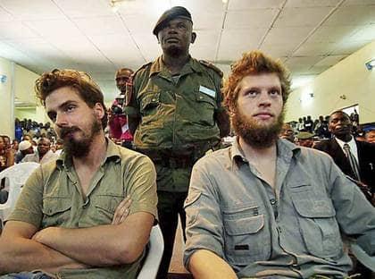 DÖMDA TILL DÖDEN. Tjostolv Moland och Joshua French i domstolen när domen avkunnas i Kisangani. De stod ptalade för bland annat mord på en kongolesisk chaufför. Foto: AP