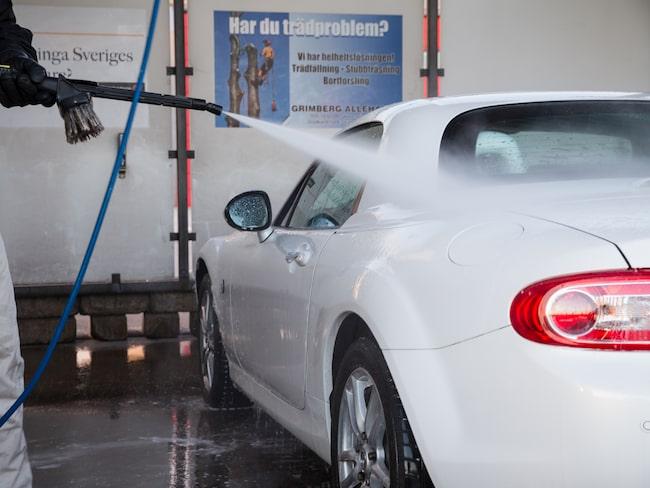Tvätta bilen i en automatisk biltvätt eller, ännu hellre, i en gör-det-själv-tvätt. Bättre för både bilen och miljön.