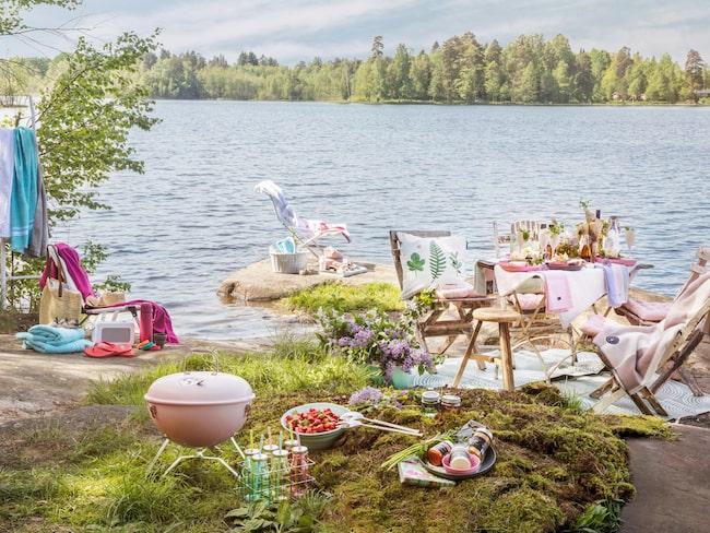 Sätt upp flera mysiga platser så att någon kan ordna med dukning och en anna nkan sitta i solstolen. Glasflaskor med sugrör, 100 kronor, blommiga pappersservetter, 20 kronor, Clas Ohlson.