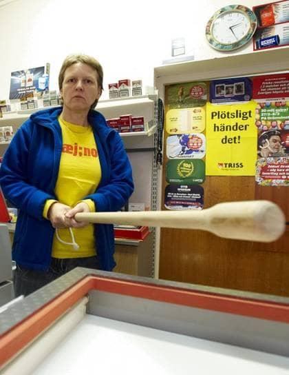 """SKRäMDA På FLYKTEN. De knivbeväpnade barnrånarna krävde att få pengar i Doris spelbutik i Landskrona. """"Men jag blev förbannad och slog basebollträet i disken"""", säger hon. Foto: Stefan Lindblom/Hbg-Bild"""