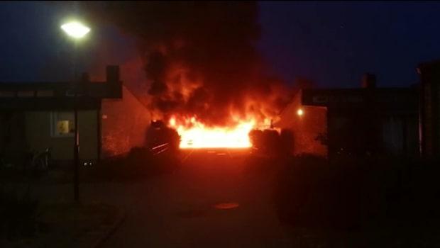 Tio bilar förstörda i brand – boende kritiska mot polisen
