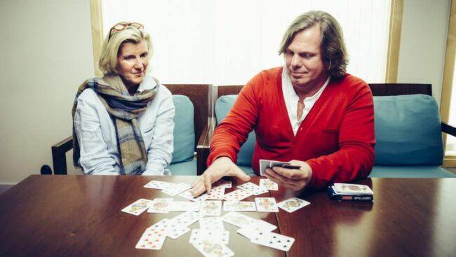 """Seans. """"Ett medium ger mig tydliga svar"""", berättar Eva Bülow – här under en privat seans med Benny Rosenqvist, medium."""