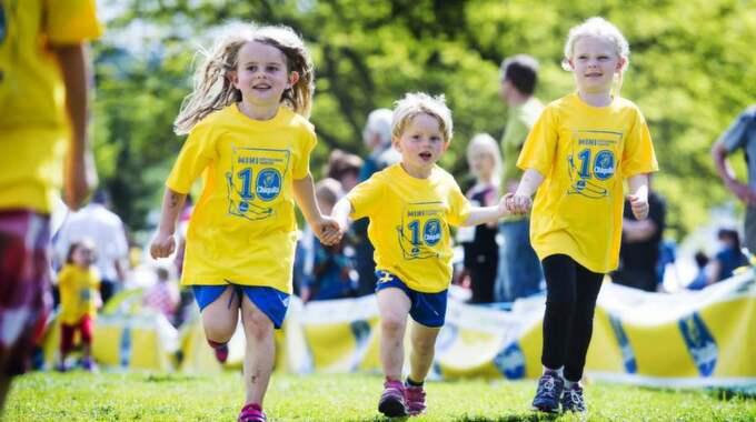 LÄTTARE TILLSAMMANS. Syskonen Stella, 6, och Theo Svensson, 3, sprang igenom Minivarvet hand i hand tillsammans med grannkompisen Elin Wennerberg, 6. Foto: Robin Aron