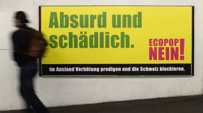 Skylten innehåller budskapet nej till Ecopops initiativ om minskad invandring. Under söndagen ska det schweiziska folket rösta i frågan. Foto: Steffen Schmidt / Epa / Tt