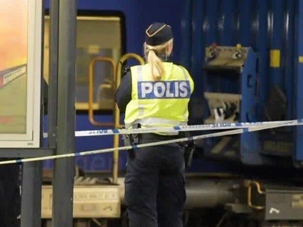 Kvinna knuffad framför tåg – allvarligt skadad
