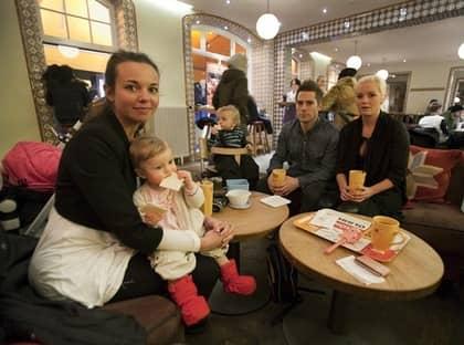 BARNVÄNLIGT. Rebecca Jönsson, till vänster, med sin elva månader gamla dotter Alexandra och Kim och Alexandra Oliv med deras 15 månader gamle son Jonathan brukar gå till Fröken Olsson på grund av att mottagandet är bättre än på andra ställen. Sedan finns det gott om plats. Foto: Jan Wiriden