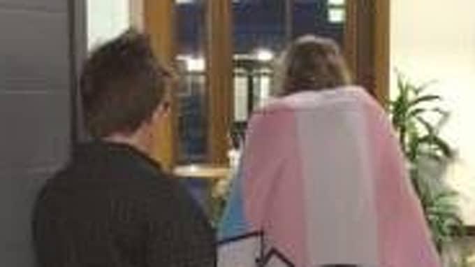 Efter att ha befunnit sig i receptionen har gruppen fått slå sig ner i ett konferensrum. Foto: PRIVAT