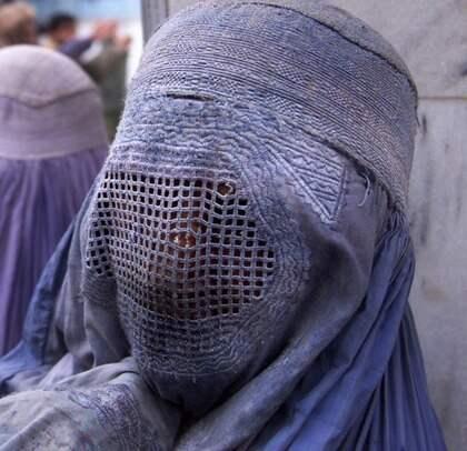 """BURKAFÖRBUD PÅ GÅNG. Belgien är nära att förbjuda bärandet av burka och andra heltäckande klädedräkter. I Frankrike förbereds ett liknande lagförslag. Sara Mohammed, ordförande för riksföreningen """"Glöm aldrig Pela och Fadime"""", vill se ett burkaförbud även i Sverige. Foto: Lefteris Pitarakis"""