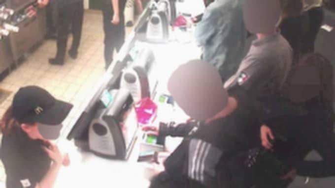 Den yngre kvinnan placerar sig sedan bakom mannen. Hon kommer efter McDonald's-besöket att följa med offret hem och stjäla hans bankomatkort.