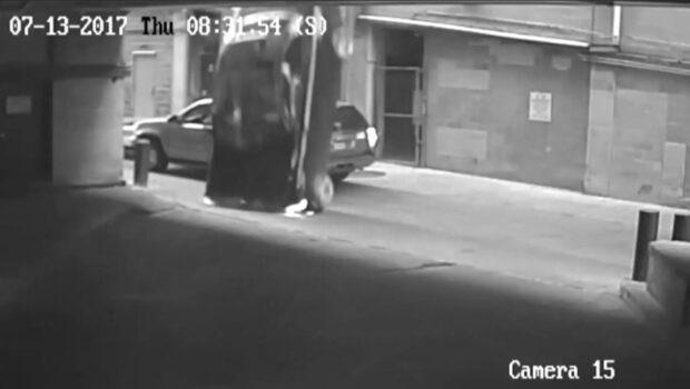 Filmen fångar när bilen faller ner från sjunde våningen