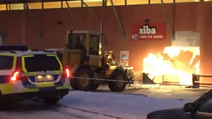 Hjullastaren körde rakt in i väggen. Men förmodligen har tjuvarna inte fått med sig speciellt mycket, säger polisen. Foto: LÄSARBILD
