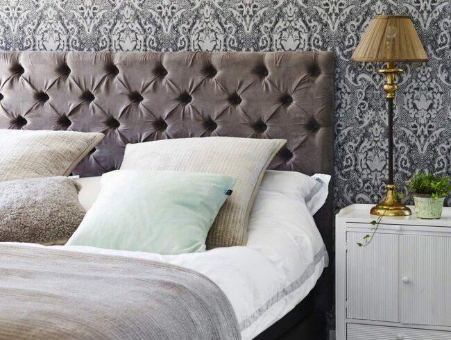 <span>Lyxig hotellstil. Skapa hotellkänsla med lugna färger, vadderad gavel, tjock matta och många kuddar.</span>