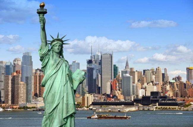 New York. Frihetsgudinnan med Manhattan i bakgrunden.