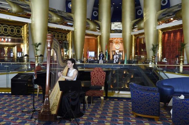 <span>Afternoon tea på Burj Al Arab är ett lätt sätt att få uppleva Dubais mesta lyxhotell utan att spendera en förmögenhet.</span>