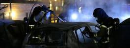 JUST NU: Två bilar i lågor – ska ha hörts en smäll