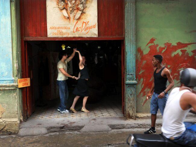 Sedan president Barack Obama lättade på de femtio år gamla reserestriktionerna har mängder av amerikanska turister börjat resa till Kuba.