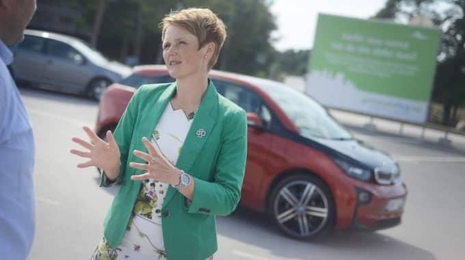 Anna-Karin Hatt vill att supermiljöbilpremien höjs - och att det skapas fler möjligheter att ladda bilarna för folk på resande fot.