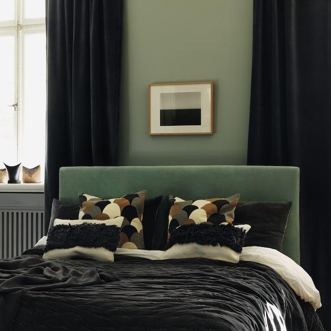 Rummen blir allt mörkare, väggar, tak och interiör går i dova toner. Mörkt blått, grått och inte minst grönt får skapa stämning.