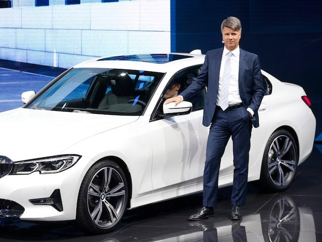 BMW:s vd Harald Kruger visar upp tillverkarens nya 3-serie. Han är skeptisk till EU:s nya regler.