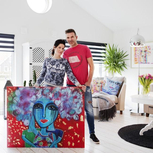<span>Hemma hos populära konstnären Susanne Åkeson Rosencrantz och maken Claes Åkeson hänger flera av Susannes tavlor på väggarna.</span>