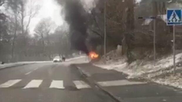 Förare skjuten under färd – bil i brand