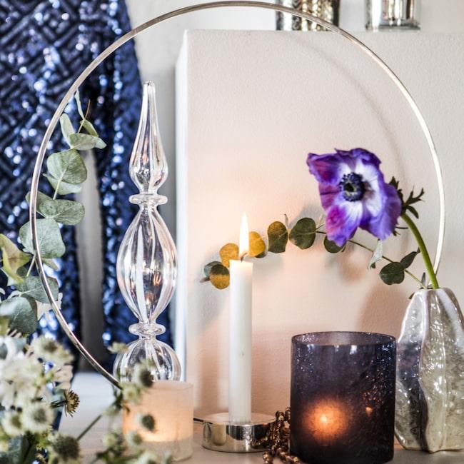 Modern klassiker. Cirkelformad, försilvrad ljusstake Gloria, 1 200 kronor, Klong. Klicka på plustecknet i bilden för att handla i LEVA&BO:s webbutik!