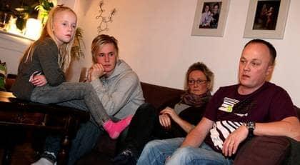 OROLIGA. Tony Klasén, 40, har jobbat på Saab i Trollhättan i 23 år. Nu börjar oron för familjen, med hustrun Anna, 39, och barnen Robin, 16 och Lottie, 8, bli påfrestande. Foto: Sara Pettersson