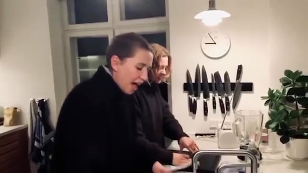 Här skrålar Danmarks statsminister – över diskbänken