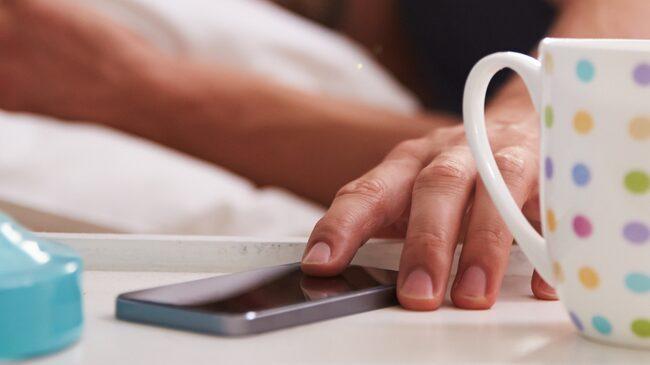 """En normal sömncykel varar i ungefär 90 minuter och vi behöver ta oss igenom cirka 5 eller 6 sådana under en natt: """"Att vakna upp mitt i en sömncykel kan göra att du känner dig grinig och trött"""", skriver företaget web-blinds.com."""